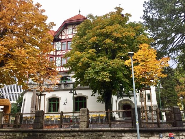Hinter grossen Kastanienbäumen versteckt sich das historische Hotel des Jahres 2017.