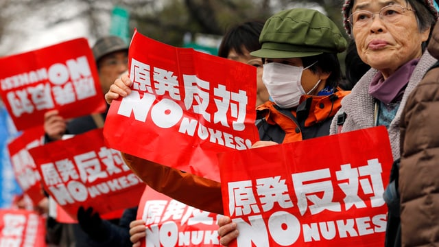 Il mars passà: Giapunais che demonstravan a Tokyo cunter ovras atomaras.