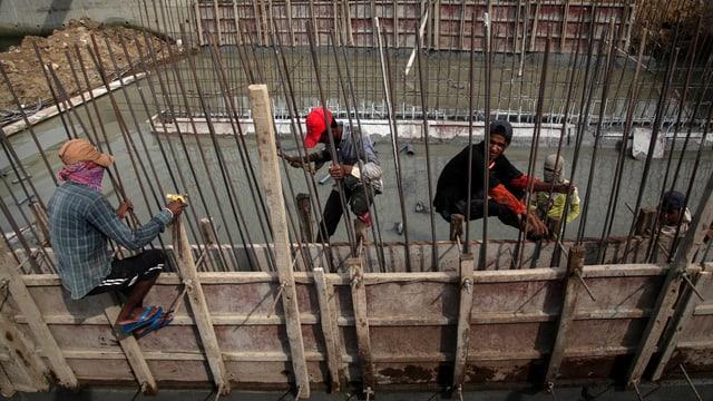 Arbeiter auf einer Baustelle in einem Schwellenland.