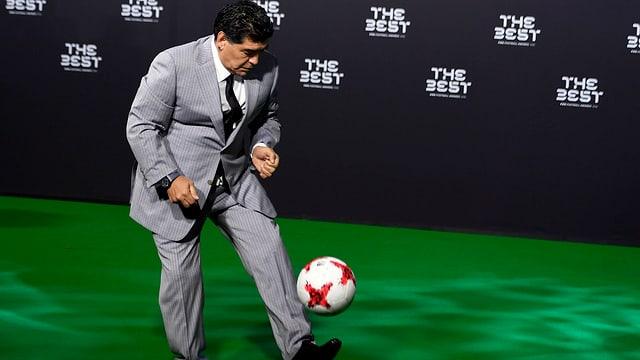 Maradona jongliert.