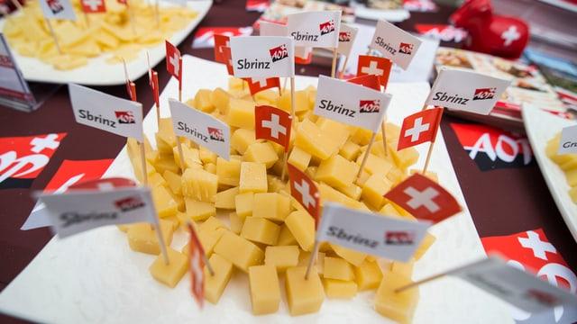 Käsestückchen mit Schweizer Fahnen