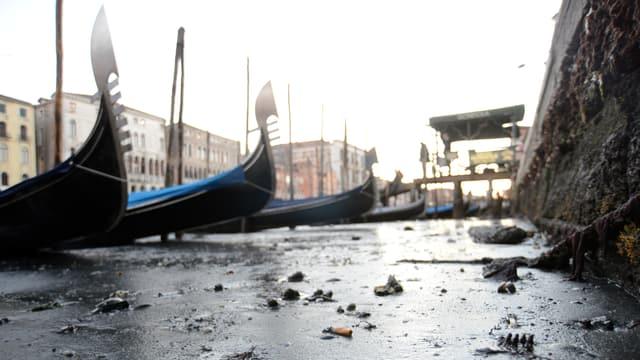 Zugefrorener Canale Grande in Venedig.