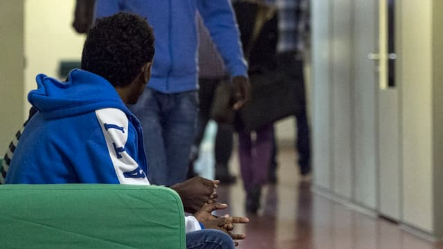 Asylbewerber sitzt auf einem Sofa