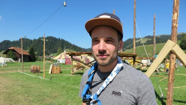 Dario Muff, Logistikchef des kantonalen Pfadilagers in Escholzmatt, steht auf dem Lagerplatz vor Holzbauten.