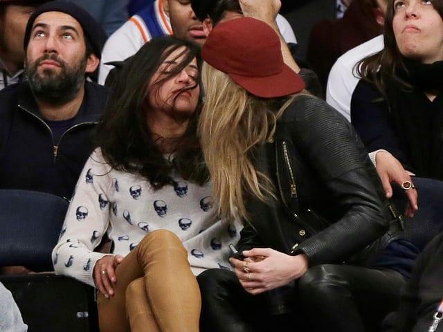 Michelle Rodriguez und Cara Delevingne turteln.