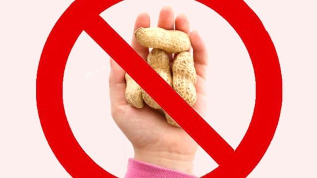 Ein Kind hält Erdnüsse in der Hand