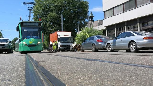 Ein Tram fährt im Schneckentempo durch die Baselstrasse in Allschwil
