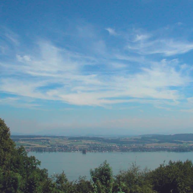 Dünne Wolkenschleier überziehen den Himmel in grosser Höhe. Manche Wolken erscheinen kommaförmig.