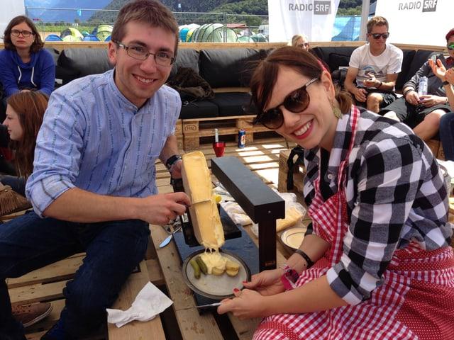 """Slow Food nach Walliser Art. Am Freitagmittag servierte Moderatorin Rebecca Villiger ein """"Ragle"""". Camp-Bewohner Thomas bewies seine Skills im Käseschaben."""