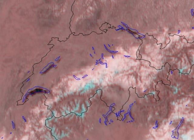 Schweizerkarte mit Satellitendaten. Ein Streifen in der Mitte ist von West nach Ost bewölkt, der Alpennordhang.