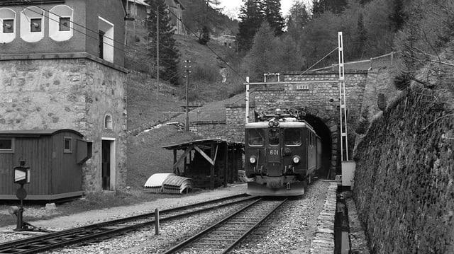 Gia dapi il 1903 passa la viafier retica tras il tunnel dal Alvra (Preda, fotografia betg datada).
