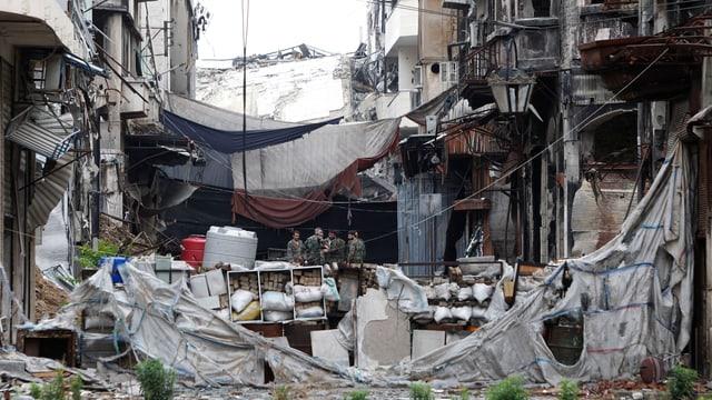 Zerstörte Gebäude, verschüttete Strasse
