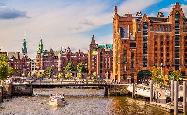 Blick auf Häuserkomplex und Fluss.
