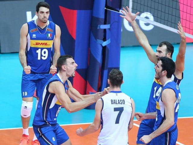 Italiens Volleyballer setzen sich erneut die Krone auf.