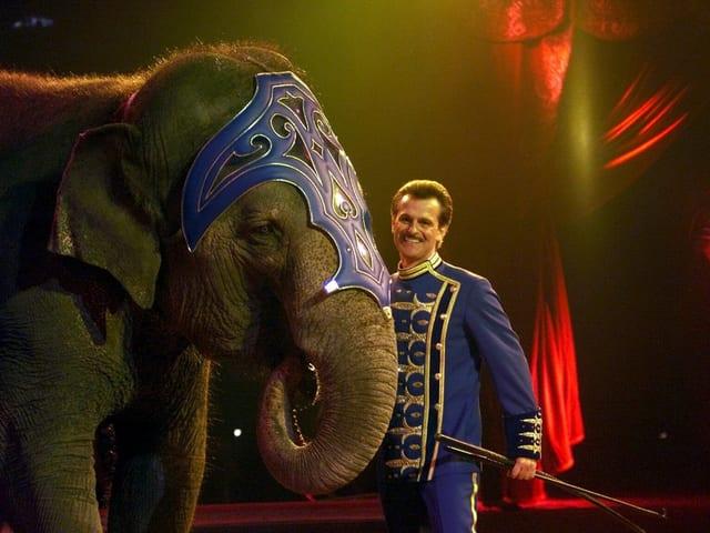 Franco Knie (senior) zeigt seine Elefantennummer bei der Hauptprobe des Zirkus Knie in Rapperswil, 2001.
