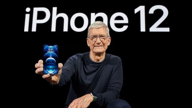Kniende Person mit Telefon