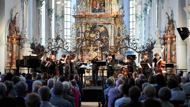 Ein klassisches Konzert in einer barocken Kirche.