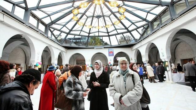 Menschen unter einer Glaskuppel im islamischen Kulturzentrum.