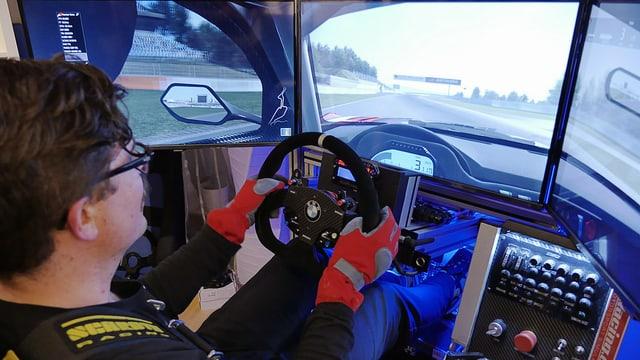 Guido sitzt im Cockpit und fährt über die Grand-Prix-Strecke des Nürburgrings.