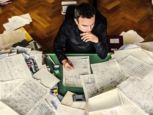 Jörg Widmann mit Blättern. Darauf sind Kompositionen.