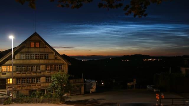 Am Horizont ist rötlich das Abendrot zu sehen, darüber die bläulichen Leuchtenden Nachtwolken.