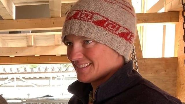 Nadia Deplazes, biopura a Surrein / Reits cun chaura en stalla.