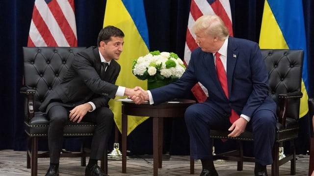 Trump und Selenski schütteln sich die Hand.