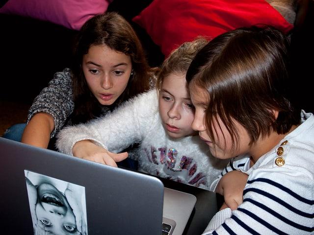 Kinder vor Computer.