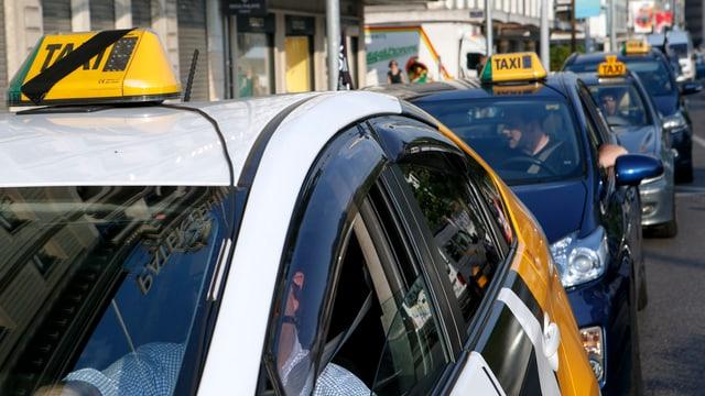 Taxis in einer Kolonne