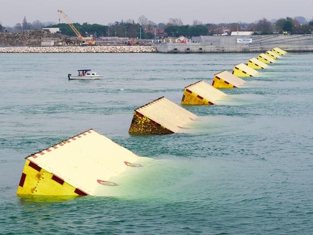 Gelbe Blöcke erheben sich aus dem Wasser der veneziansichen Lagune