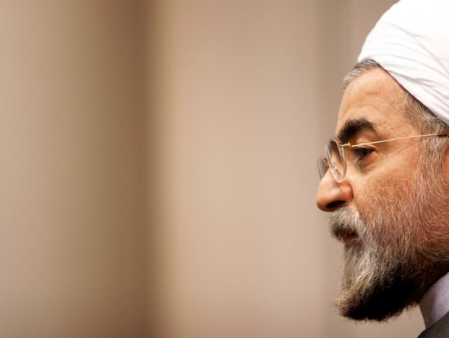 Irans Präsident, Hassan Rohani, ist im Profil vor einem bräunlichen Hintergrund zu sehen.