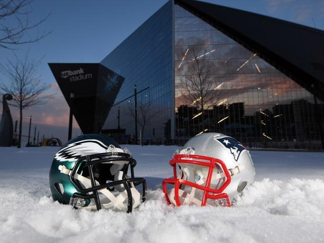 Football-Helme im Schnee