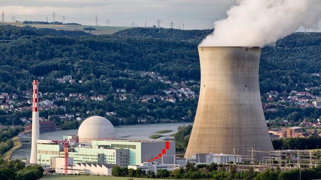 Das Atomkraftwerk Leibstadt mit Kühlturm und Dampfsäule.