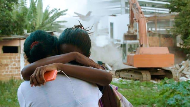 Zwei Frauen umarmen sich.
