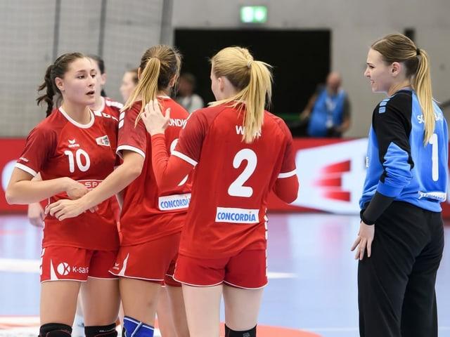 Daphne Gautschi (ganz links) und die Schweizer Handballerinnen.