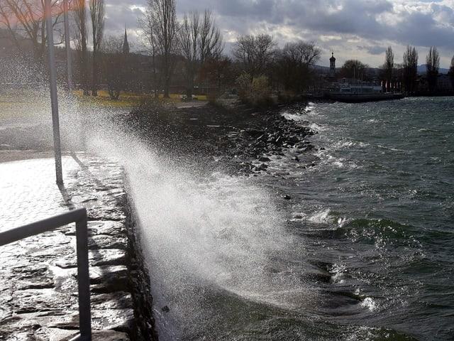 Föhn drückt in Wellen das Wasser an das Ufer des Bodensees.