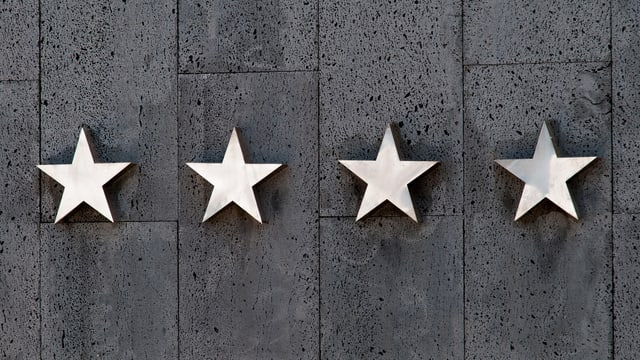 Vier Sterne an einer Wand (an einem Hotel)