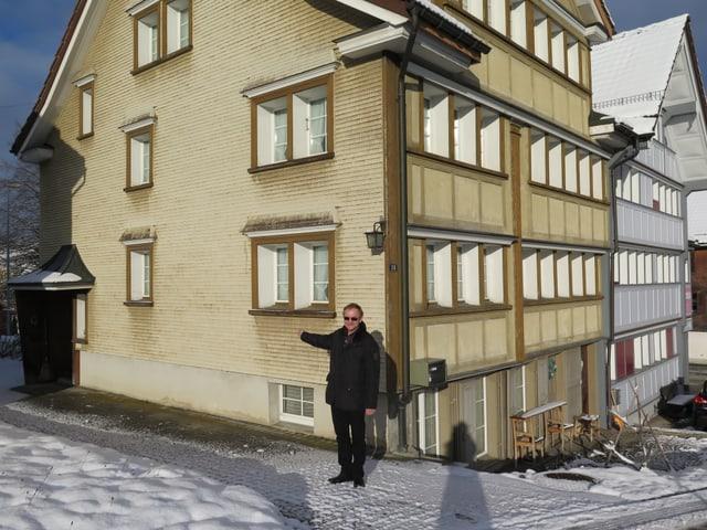 Walter Buff zeigt den separaten Eingang des gelblichen Hauses.