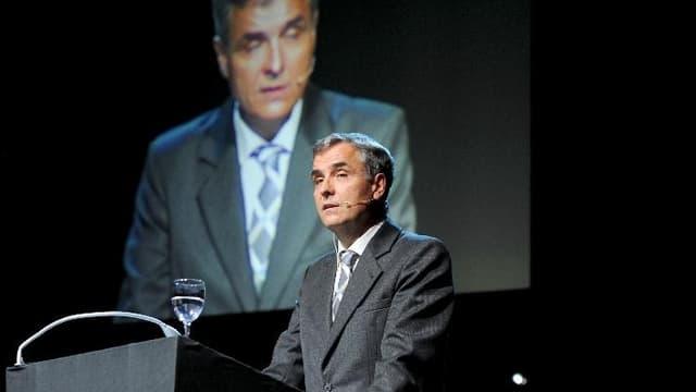 Guy Morin am Rednerpult vor einer Leinwand mit ihm selbst drauf