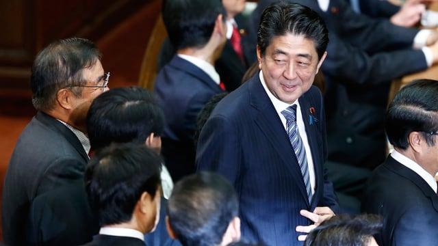 Der japanische Ministerpräsident lächenlnd