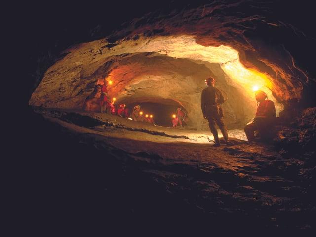 Ein Team von Höhlenforschern steht im Riesengang.