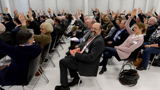 Die Nominationsversammlung hebt die Hände zur Abstimmung.