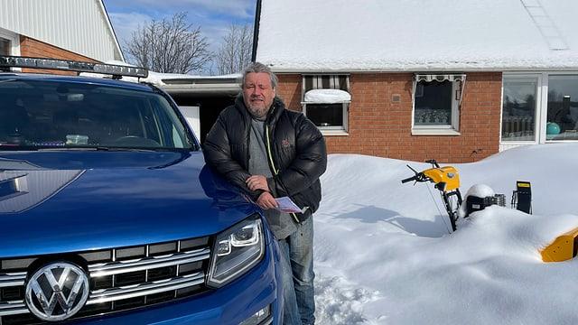 Rentierzüchter Per-Erik Stenberg lehnt an Auto im Schnee