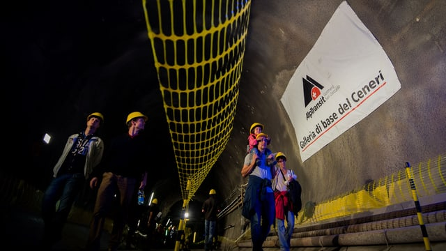Gallaria dal tunnel dal Ceneri e persunas che chaminan tras il tunnel.