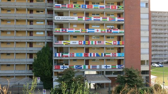 Blich au den Weiermatt-Wohnblock mit den Landesflaggen