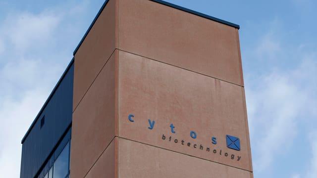 Hellbraune, eckige Fassade von Cytos.