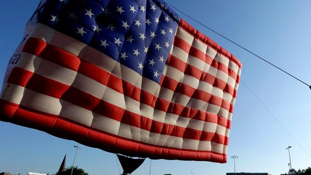Ein Ballon in Form einer US-Flagge.