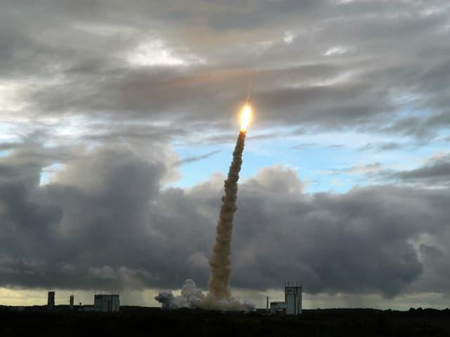 Rakete startet in Himmel.