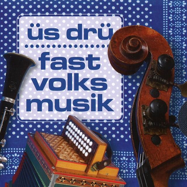 Klarinette, Schwyzerörgeli und Gassgeige auf dem blau-weissen CD-Cover «fast volksmusik» von «üs drü».