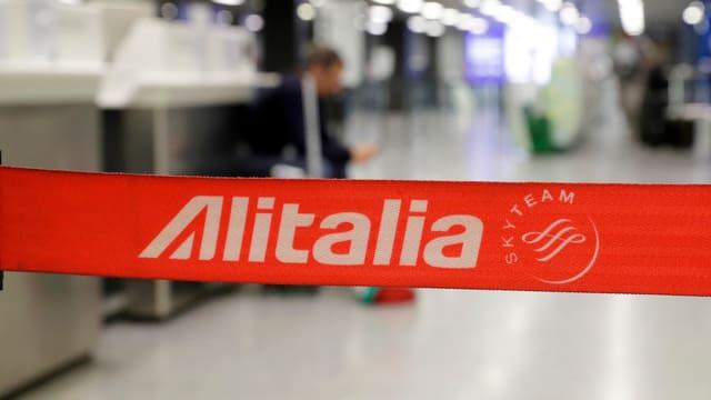 Alitalia-Banner an einem Flughafen